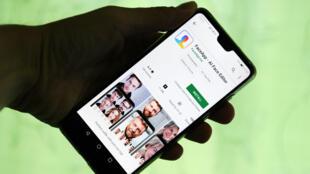 Esta imagen muestra la aplicación FaceApp en la pantalla de un teléfono inteligente. La aplicación FaceApp, hecha en Rusia, permite a millones de usuarios ver cómo se lucirán cuando envejezcan.