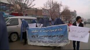 Des Afghans ont manifesté en burqa à Kaboul pour montrer leur solidarité avec les femmes de leur pays, le 5 mars 2015.