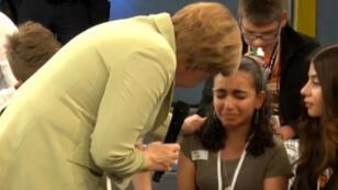 Angela Merkel face à Reem, une jeune réfugiée palestinienne menacée d'expulsion