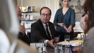 L'ex-chef d'État français François Hollande reçoit des familles d'enfants orphelins retenus en Syrie le 7 mai 2019.