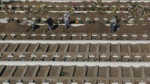 Vista aérea de las tumbas excavadas en el Cementerio General de Santiago, del 14 de mayo de 2020, en medio de la pandemia del coronavirus