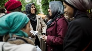 Des femmes voilées participent à une manifestation contre l'interdiction du port du voile lors des sorties scolaires, le 18mai2013 à Paris.