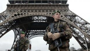 Des militaires français en patrouille devant la tour Eiffel, à Paris.