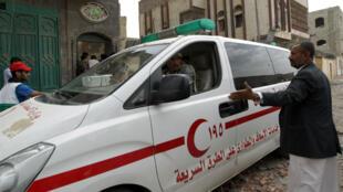 Une ambulance yéménite tente d'accéder aux blessés, après un raid aérien à Sanaa, le 8 avril 2015.