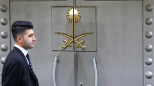 Un miembro del personal de seguridad en la entrada del consulado de Arabia Saudita en Estambul, Turquía, el 31 de octubre de 2018.