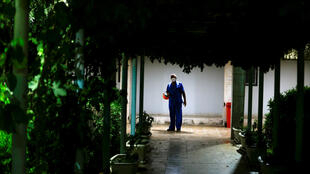 طبيب على باب مستشفى في العراق