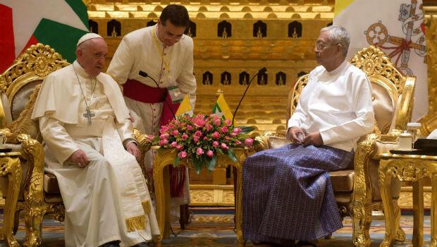 El papa Francisco fue recibido por el presidente de Myanmar, Htin Kyaw, en el Palacio Presidencial en Naipyidó.