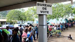 La gente hace fila para emitir su voto en el referendo sobre la independencia en el territorio francés del Pacífico Sur de Nueva Caledonia, en Numea, el 4 de octubre de 2020.