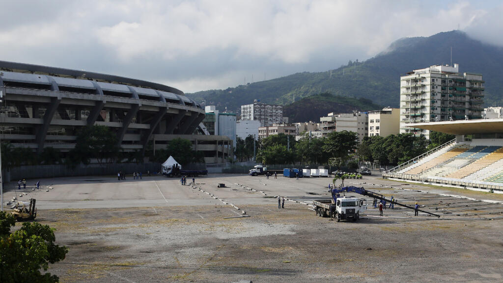 El gobierno local del estado brasileño de Río de Janeiro construye un centro hospitalario en el complejo deportivo del Maracaná el 31 de marzo de 2020.