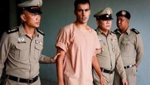 Imagen de archivo del futbolista bareiní Hakeem al-Araibi mientras es escoltado por dos funcionarios de prisión en Bangkok, Tailandia, el 4 de febrero de 2019.
