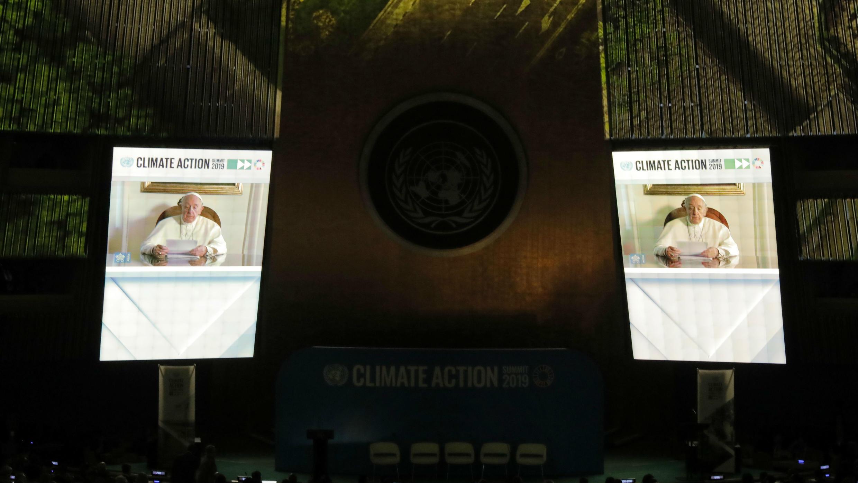 El Papa Francisco aparece en las pantallas de video mientras se dirige a la Cumbre de Acción Climática de las Naciones Unidas de 2019 en la sede de la ONU en la ciudad de Nueva York, Nueva York, EE. UU., 23 de septiembre de 2019.