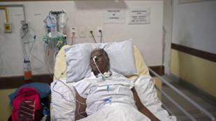 """Elenice da Silva pratique des exercices de respiration dans une unité de soins """"post covid-19"""" de l'hôpital universitaire Pedro Ernesto à  Rio de Janeiro, le 15 juillet  2020"""