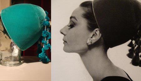 """Hepburn fut photographiée avec ce chapeau pour la couverture du """"Vogue"""" américain  par Cecil Beaton."""