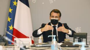 الرئيس الفرنسي إيمانويل ماكرون أثناء استعراضه تدابير تسريع الاستراتيجية الوطنية للأمن الإلكتروني عبر اجتماع بالفيديو في قصر الإليزيه في باريس بتاريخ 18 شباط/فبراير 2021