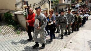 Le 10 mai, à Tetovo, une foule se recueille après la mort de Shaso Samoilovski, un policier tué au cours d'affrontements avec un groupe armé venu d'un pays voisin.