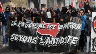 Plus d'un millier de personnes ont défilé dimanche 2 avril 2017, à Bordeaux, contre la tenue d'un meeting de Marine Le Pen.
