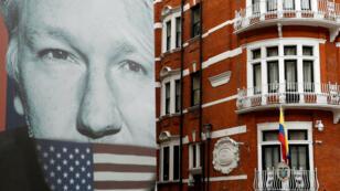 Un camión con un póster con la imagen del fundador de WikiLeaks, Julian Assange, al lado de la embajada de Ecuador en Londres, Reino Unido, el 5 de abril de 2019.