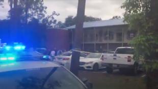 Ambulancias y vehículos de la policía rodean un centro comercial en Tallahassee, Florida, donde ocurrió un tiroteo en un centro de yoga el 2 de noviembre de 2018.
