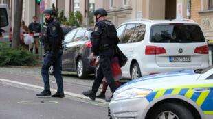 الشرطة في موقع الهجوم الذي وقع في مدينة هاله شرق ألمانيا. 9 أكتوبر/تشرين الأول 2019.