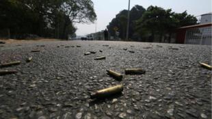 Foto de archivo: unos casquillos de bala en la calle cerca de una escena de crimen en Acapulco, México, 7 de mayo de 2019.