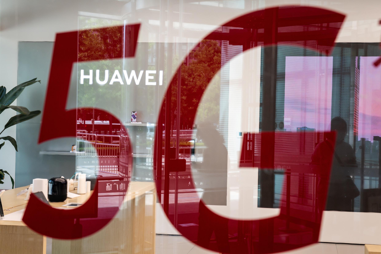 Un anuncio de la red 5G en una tienda del gigante chino Huawei el 25 de mayo de 2020 en Beijing.
