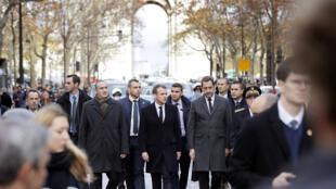 """Emmanuel Macron dimanche 2 décembres aux alentours de l'Arc de Triomphe, au lendemain des violences en marge des manifestations des """"gilets jaunes""""."""