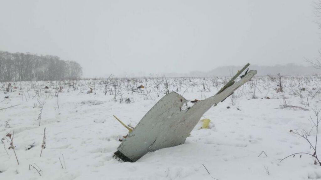 Estos son algunos de los restos del avión Antonov AN-148 que se estrelló después de despegar del aeropuerto Domodédovo de Moscú, en las afueras de la capital rusa, el 11 de febrero de 2018.