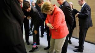 Le premier ministre Canadien montre ses chaussettes à la chancelière allemande Angela Merkel, lors du sommet de l'Otan à Bruxelles, le 25 mai 2017.