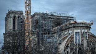L'échafaudage de la flèche de Notre-Dame de Paris, déformé par la chaleur de l'incendie, le 26 décembre 2019.