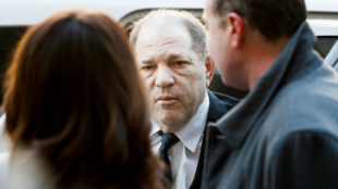 El productor de cine Harvey Weinstein parte a su juicio por agresión sexual en la Corte Criminal de New York, en Estados Unidos, el 22 de enero de 2020.