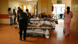 Des patients attendent dans leur lit dans un couloir des urgences à Bastia, le 21 novembre 2017.