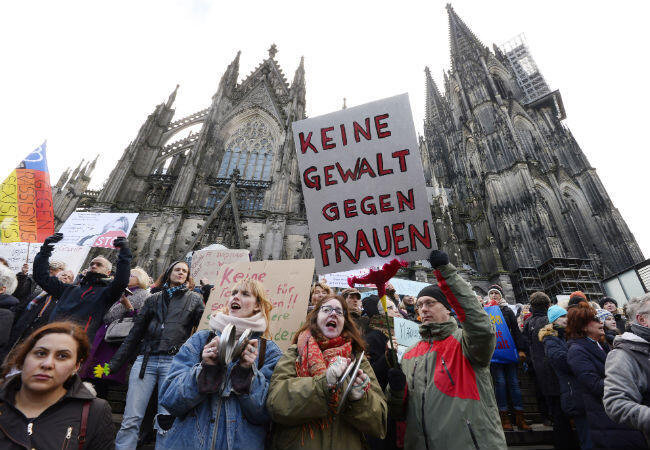 ألمان يتظاهرون ضد وجود اللاجئين عقب سلسلة من الاعتداءات الجنسية تعرضت لها نساء ألمانيات