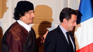Nicolas Sarkozy y el líder libio, Muammar Gaddafi, tras firmar contratos comerciales por 10.000 millones de euros en París, el 10 de diciembre de 2007.