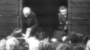 Des juifs embarquant dans des trains à Drancy en 1942 en direction des camps de concentration allemands.