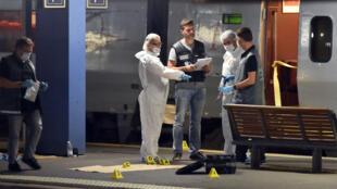 """عناصر من الشرطة يحققون في محطة القطارات """"آراس"""" في21 آب/أغسطس 2015"""