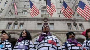 Las mujeres visten trajes de protesta en la pared ubicadas frente al Trump International Hotel mientras participan en la Tercera Marcha Anual de Mujeres en Washington, EE. UU., 19 de enero de 2019.