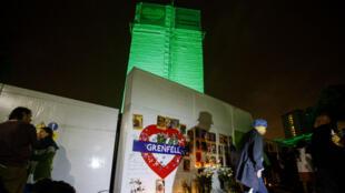 La tour Grenfell a été illuminée en vert dans la nuit du mercredi 13 juin 2018, de même que le bureau de la Première ministre, Theresa May, au 10, Downing Street.
