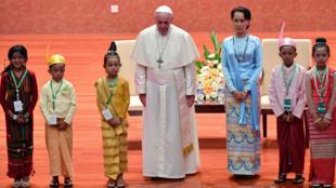 El papa Francisco junto a Aung San Suu Kyi, la jeda de facto de Myanmar, momentos antes de su reunión oficial en Naipyidó.