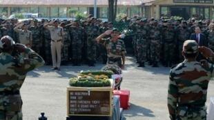 أداء التحية لجنود قتلوا في هجوم لمسلحين باكستانيين في كشمير. 2016/09/19
