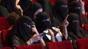 سعوديات يستمتعن بعرض أفلام نادر في دار ثقافة بالرياض، 20 تشرين الأول/أكتوبر 2017