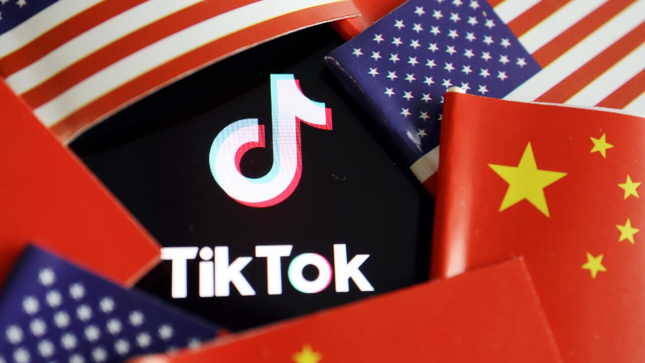 Banderas de China y Estados Unidos cerca al logotipo de la red social Tiktok, en una ilustración creada el 16 de julio de 2020.