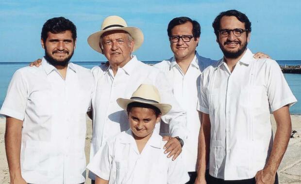 López Obrador tiene cuatro hijos, Jesús Ernesto López Gutiérrez, fruto de su actual matrimonio con Beatriz Gutiérrez y José Ramón López Beltrán, Andrés Manuel López Beltrán, Gonzalo Alfonso López Beltrán, de su primer matrimonio con Rocío Beltrán.