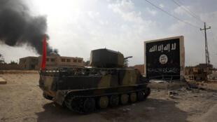 Un char de l'armée irakienne entre dans la ville d'Al-Qaim, en Irak, où elle combat des poches de résistance de l'EI, le 3 novembre 2017.