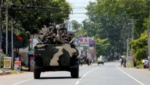 Los soldados de Sri Lanka patrullan una carretera de durante el toque de queda.  14 de mayo de 2019.