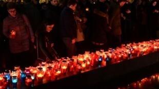سكان من كرواتيي البوسنة وسكان موستار يضيئون الشموع تكريما لبرالياك، 29 ت2/نوفمبر 2017