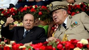 رئيس أركان الجيش الجزائري أحمد قايد صالح مع رئيس البلاد عبد العزيز بوتفليقة في الأكاديمية العسكرية بشرشال 27 يونيو/حزيران 2012