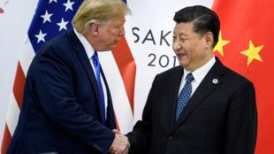 الرئيس دونالد ترامب ونظيره الصيني شي جينبينغ على هامش قمة في اليابان في حزيران/يونيو 2019