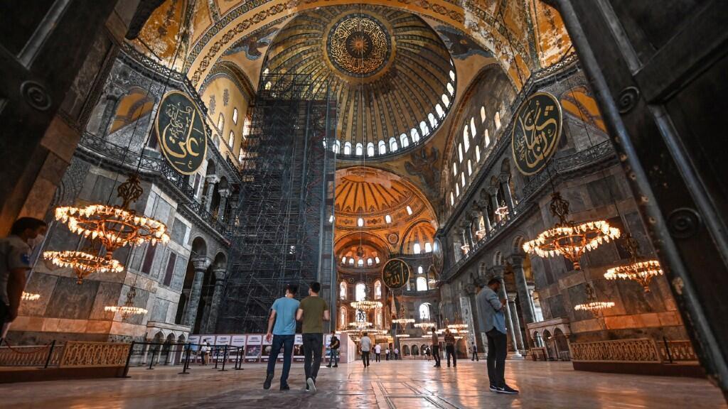Turistas visitan el Museo de Santa Sofía en Estambul, Turquía, el 26 de junio de 2020.