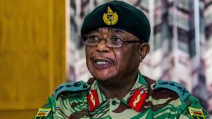 Le général Constantino Chiwenga lisant un communiqué face à la presse, lundi 13 novembre 2017.