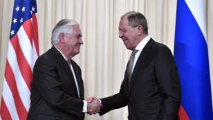 Sergueï Lavrov (D) et Rex Tillerson lors d'une conférence de presse à Moscou, le 12 avril 2017.